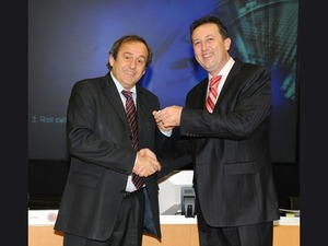Легендата Мишел Платини подарява златна значка на Атанас Фурнаджиев